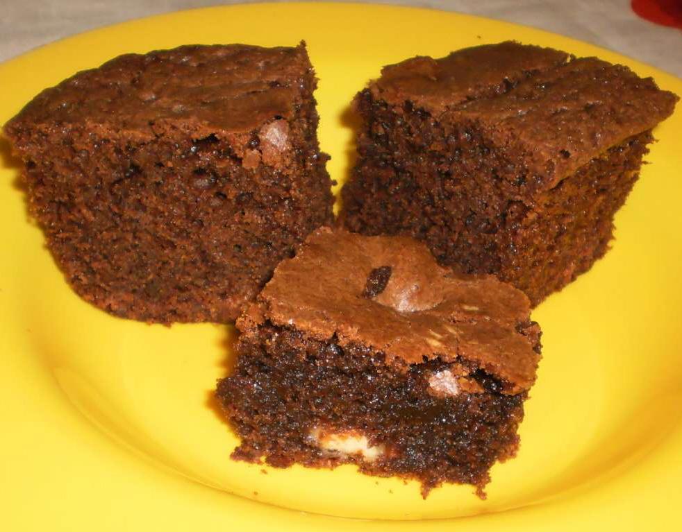 בראוניז 2 שוקולדים (פאדג'י גבוה עם שוקולד לבן)